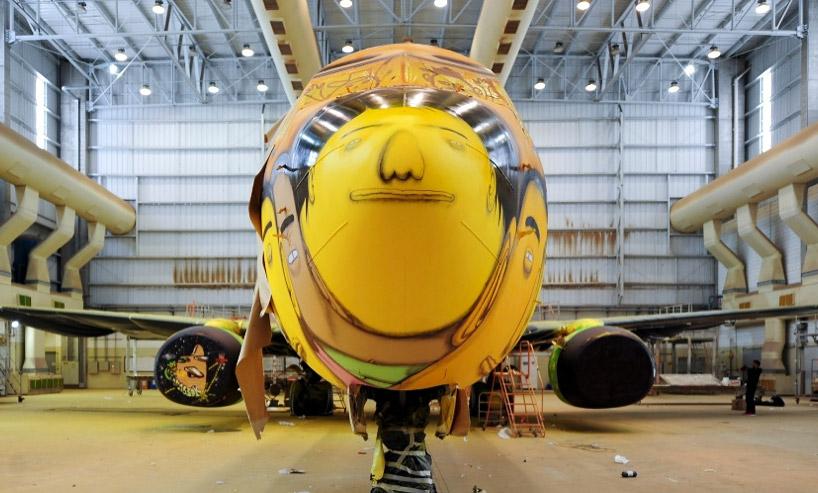 Boeing-737-Grafitti-Os-Gemeos-4